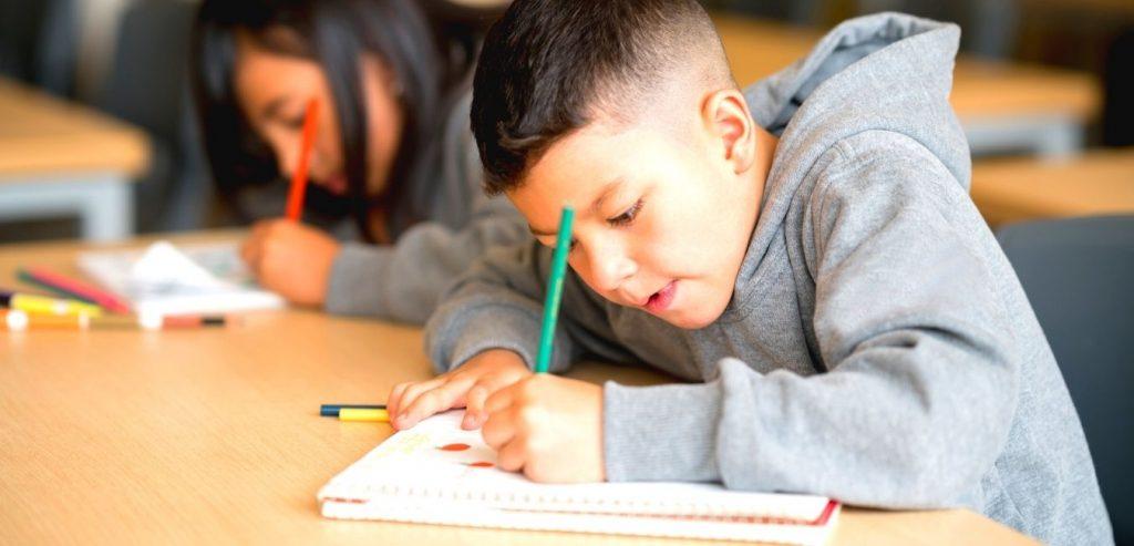 Auftretende Reaktion eines 8-jährigen Jungen auf einen Test